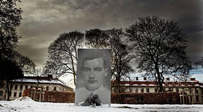 Konst som börjar på platsen och tar spjärn mot omgivningen. Charlotte Gyllenhammars monument över Raoul Wallenberg på Haga Kyrkoplan. Foto: Per Wissing