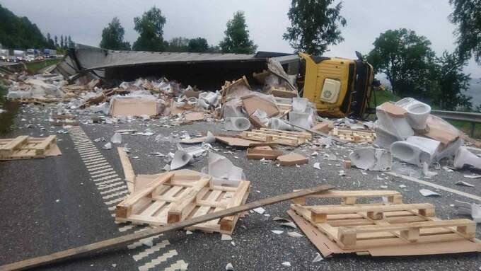 Lastbilen var fylld med toalettstolar som spreds över hela körbanan. Foto: Läsarbild