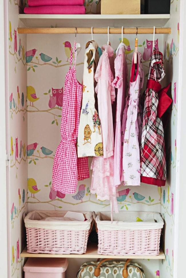 DET LILLA EXTRA. Tapeter på väggarna och heltäckningsmatta i botten på garderoben ger direkt glamkänsla.