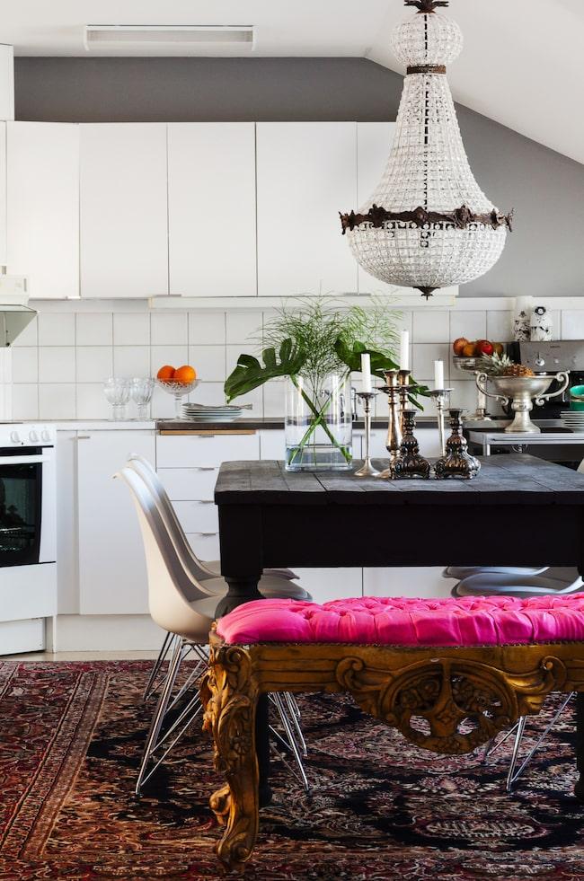 """Stilmix. Under matbordet ligger en stor persisk matta. Det gamla planteringsbordet målat i matt svart fick bli ett köksbord. """"Stora mattor ger ett maffigt intryck"""", säger Elizabetth."""