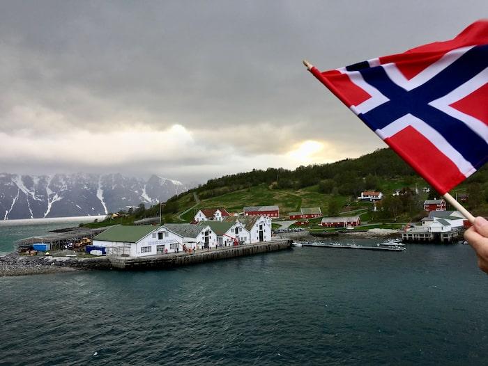 Invånarna i  Havnnes vinkar varje gång Hurtigrutens båtar åker förbi.