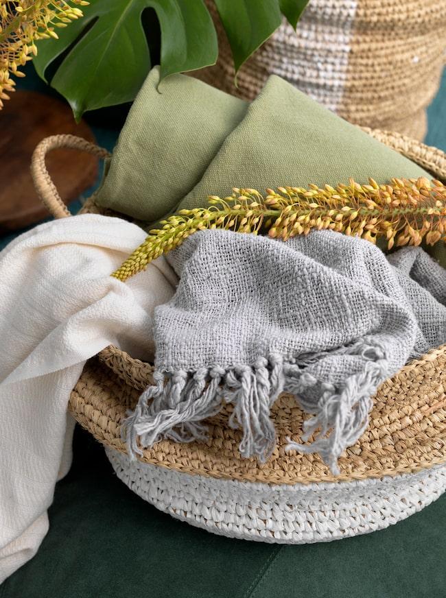Tips! Ta in möbler i rotting och korgar i flätade bananblad. Det ger en avslappnad stil.