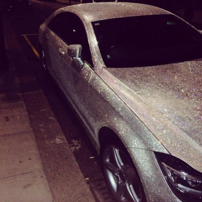...en bil täckt av en miljon Swarowski-kristaller.