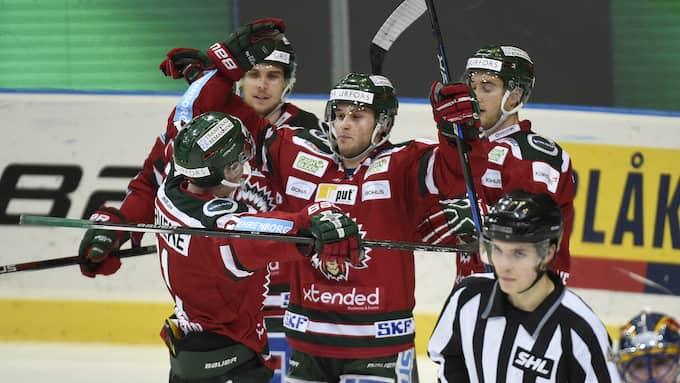 Mattias Nörstebö jublar tillsammans med Henrik Tömmernes och Casey Wellman efter sitt segermål. Foto: /IBL