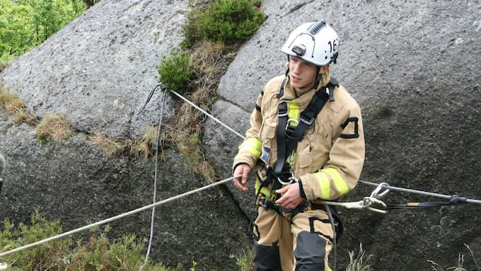 Brandmannen Benedikt Boymanns sportklättrar på fritiden. I bara underställ lyckades han ta sig ner i den smala sprickan. Foto: Räddningstjänsten Storgöteborg