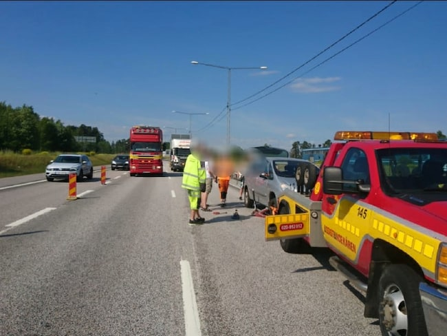 Det är inte ovanligt att bilar blåser förbi i hög fart bara någon meter från de som jobbar på vägen.