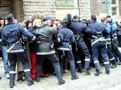 Våldsamma demontrationer i Norrköping i samband med Elisabeth Ohlson-Wallins Ecco Homo 1999.