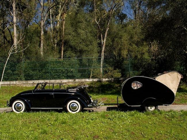Volkswagen Beetle 1200 Teardrop från 1959. Eller som vi säger på ren svenska: Bubbla-cab med tårdroppshusvagn. Från 1959.