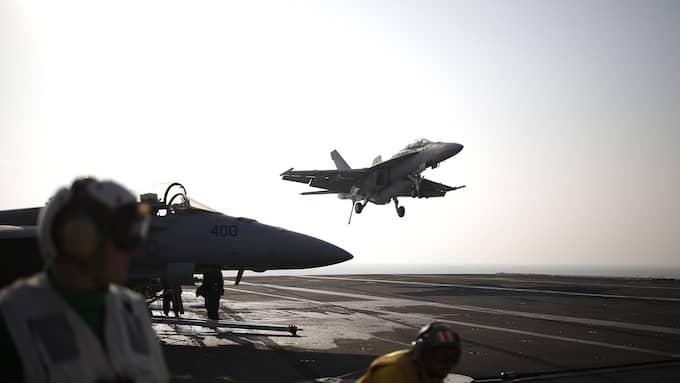 """USA och Sydkorea övar. Ett stridsplan landar på det amerikanska atomdrivna hangarfartyget """"USS Ronald Reagan"""" i havet utanför Sydkorea. Foto: KIM HONG-JI / AP TT NYHETSBYRÅN"""