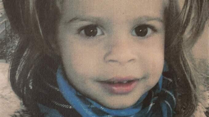 Vikis barnbarn Alexandra 2 år. Viki förklarar att barnen är födda i Portugal och att de därmed inte är rumänska medborgare. Det innebär att sjukvården är mycket dyr. Foto: Drago Prvulovic/Malmobild Ab