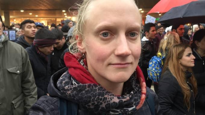 Varför är du här i dag och demonstrerar? Malin Johansson, 30, Söderhamn – Jag är här i dag för att visa att jag tycker att det är fel att vi utvisar ungdomar till Afghanistan. – Jag har jobbat på ett HVB-hem det senaste året och lärt känna de här ungdomarna. Jag har fått höra hur det är att komma från Iran, söka asyl i Sverige och bli utvisade till Afghanistan, ett land där de aldrig har varit. Jag tycker att det är fruktansvärt. – Jag känner att vi har väldigt mycket i det här landet som vi kan dela med oss av. Bara några kvarter här ifrån Sergels torg ser man vilket rikt och välställt land Sverige är. Foto: Michael Töpffer