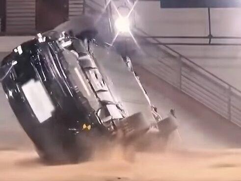 Det ser nästan omöjligt ut – men Tesla Model X hämtar sig från det här.