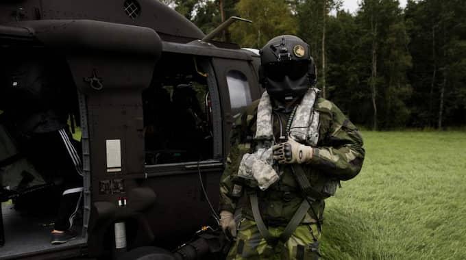 Ögonen på sig. Närmare 4 000 svenska soldater deltar i den stora arméövningen - som följs av ryska militärobservatörer. Foto: Lisa Mattisson