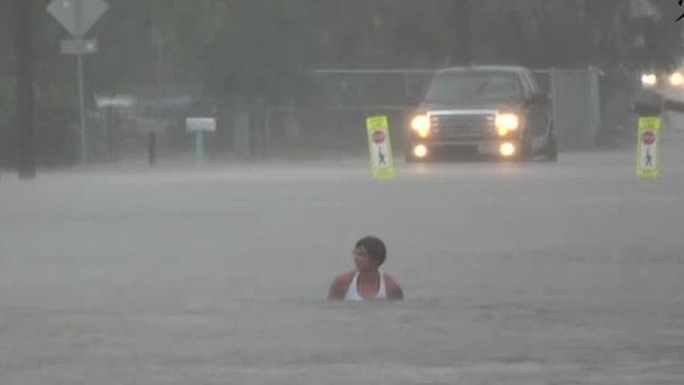 Här badar mannen mitt i vägen i Texas