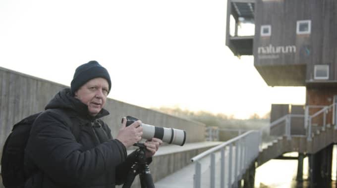 Sam Lantz, 60, natur/flygfotograf, Östra Sönnarslöv – Jag kom redan vid 06.45 och det är 7:e gången som jag är här vid Naturum för att spana efter uttrarna. Jag har sett uttrar tidigare men bara för ett ögonblick och på långt avstånd, inte som här där man kan komma dem riktigt nära. Det är riktigt häftigt. Foto: Jens Christian