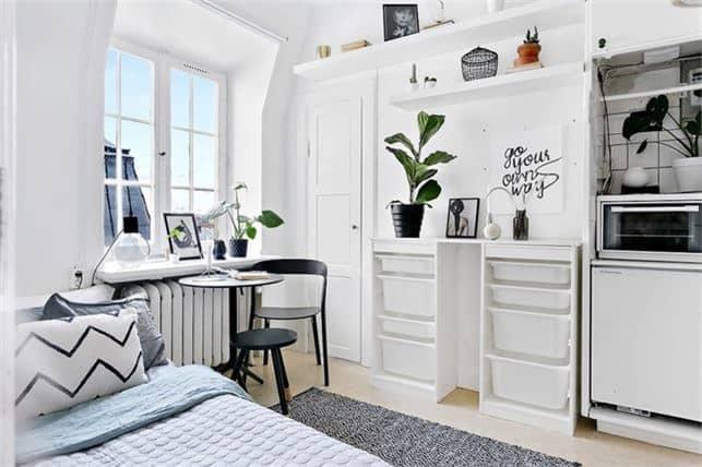"""Matplats, säng och kök på ett och samma ställe. """"Det är jätteroligt att ha sålt lägenheten, så klart"""", säger mäklaren. Foto: Esoft"""