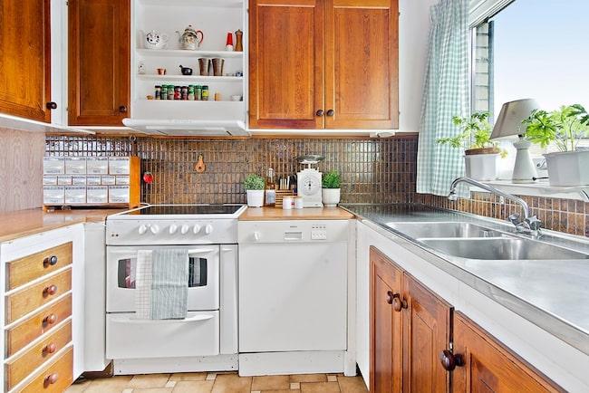 Ljust och öppet arbetskök med gott om arbetsyta och alla de bekvämligheter du kan önska. Den halvöppna planlösningen med barkök mot matplats och stora fönster i både kök och matplats ger gott om ljusinsläpp.