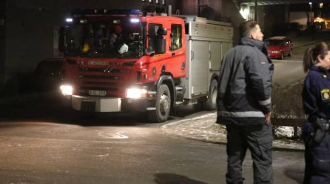 Turkiska föreningens lokaler hade vandaliserats och kraftig rök kom ut från fönstren. Foto: Stefan Johansson Sthlm Ab