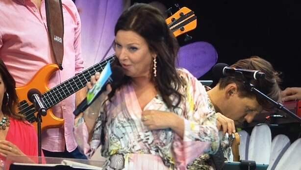 Klänningen sprack i direktsändning Foto: TV4