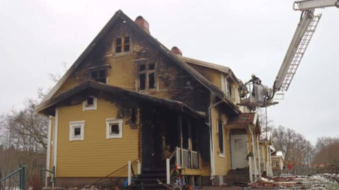 Två familjers hem ödelades i en brand i Oskarström under lördagskvällen. Foto: Räddningstjänsten Halmstad