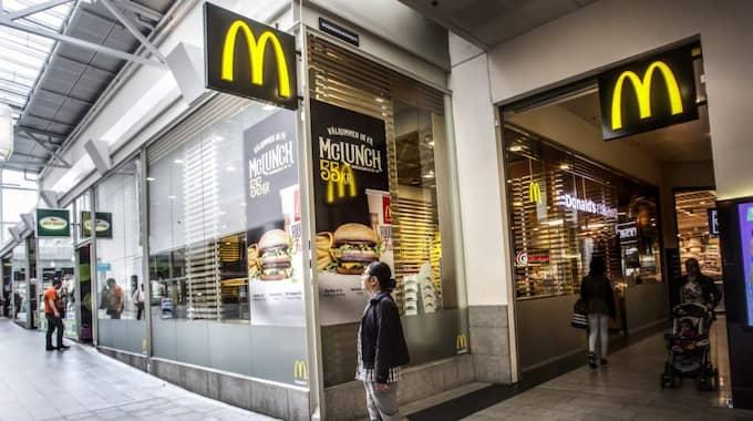Utanför McDonald's i Kista väcktes en romsk kvinna av att en man hällde tändvätska på henne. Foto: Michaela Hasanovic