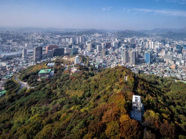 Modern arkitektur, storslagen natur, spännande ungdomskultur och en traditionell matkultur lockar också turister till Seoul.