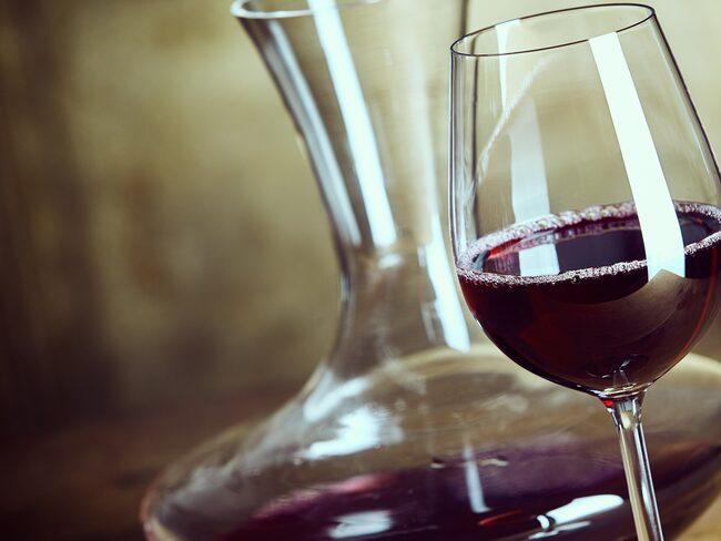 En karaff med bred botten är till god hjälp när vinet ska luftas.