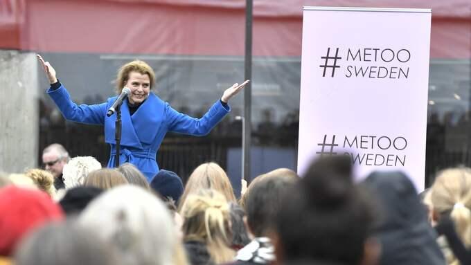 Jämställdhetsministern Åsa Regnér (S) talar under en #metoo-manifestation mot sexuella trakasserier och övergrepp på Segels torg i Stockholm. Foto: CLAUDIO BRESCIANI/TT / TT NYHETSBYRÅN