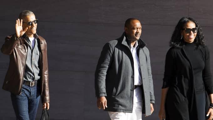 Expresidenten Barack Obama njuter av sin skinnjacka. Foto: JOSE LUIS MAGANA