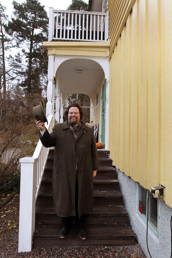 I våras gick flyttlasset till den charmiga postmästarvillan från 1923 och villalivet passar Edward utmärkt.
