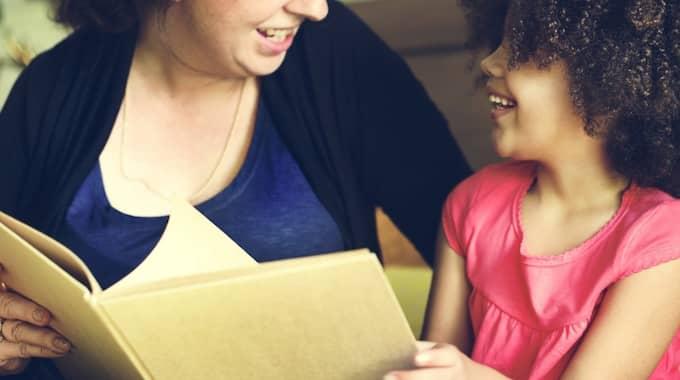 Förälder och barn läser tillsammans. Foto: Shutterstore