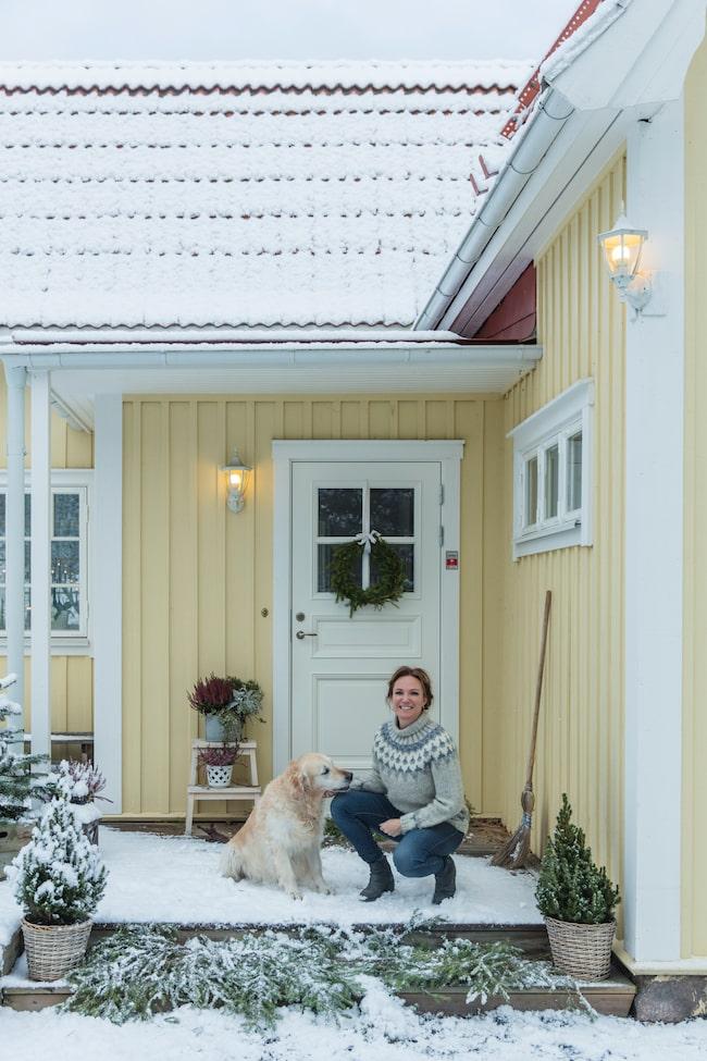Sara och hunden William. Det charmiga huset är byggt 1920, och Sara och Christian har bott här sedan 2015.