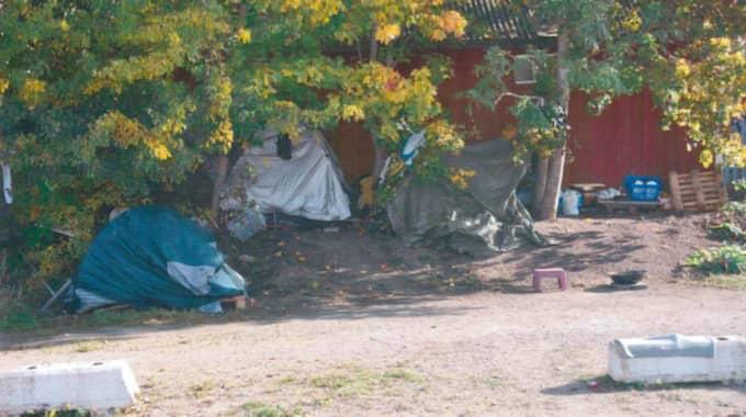 Kvinnan hade precis nattat barnen i lägret när två unga män körde förbi med sin bil. Foto: Polisen