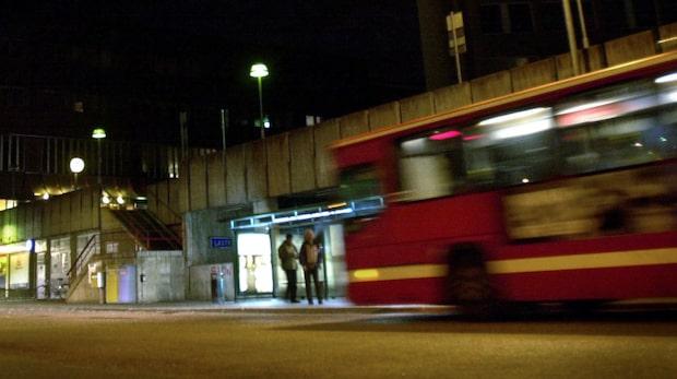 Tre män åtalas för våldtäkt på buss
