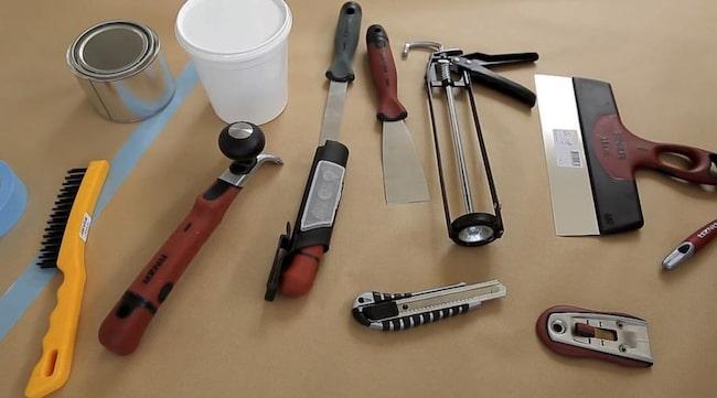 <strong>Du behöver</strong>:<br>Maskeringstejp, stålborste, stor och liten skrapa, stålskarpa, kittkniv, fogspruta<br>kniv, bredspackel, fönsterskrapa, liten rund pensel och två mindre penslar.