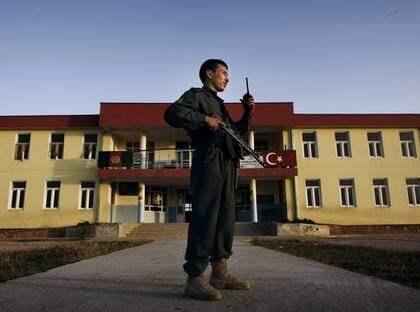 """Polismannen Hamagon Hayedary vaktar en skola som ska användas som vallokal på torsdag. Han genomsöker lokalerna efter bomber och kontrollerar besökare. """"Vi har varit här sedan i lördags. Det här valet vill vi ska bli säkert"""", säger Hayedary. Foto: Jonte Wentzel"""