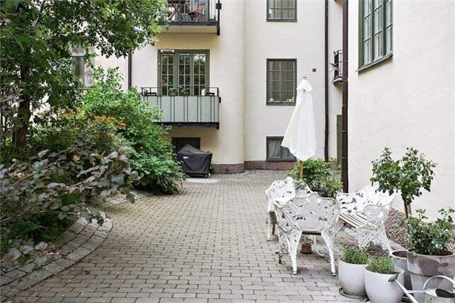 Innergården är lite rymligare än lägenheten. Foto: Esoft