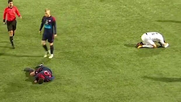 Otäck huvudskada – båda spelarna bärs ut