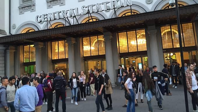 Vid 21.30-tiden på tisdagskvällen utrymdes Stockholms centralstation. Foto: LÄSARBILD