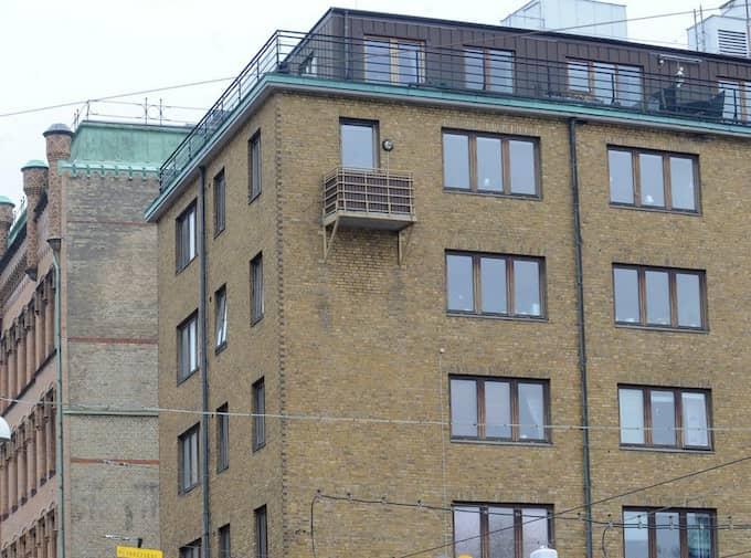 Den här balkongen på Barlastgatan cyklade Åke Söderblom förbi många, många gånger på väg hem till Majorna från fotbollsträningen med ÖIS juniorer. Foto: Leif Gustafsson