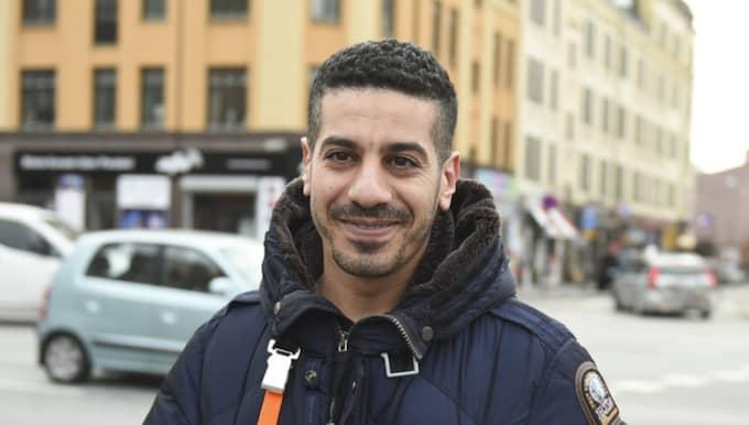 Tycker du bilisterna kör för fort på Möllan? Amin Bentayeb, 33, kock, Malmö: – Självklart är det mycket bilar här inne i stan, men folk kör dåligt i Sverige! Det är riktigt jobbigt att köra bil här. Folk stannar mitt på gatan, för att hälsa på nån kompis och de kör aggressivt och tutar hela tiden. Jag kommer från Marocko och där kör folk bättre än här! Foto: Jens Christian