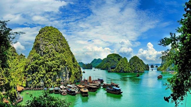 Drygt fyra timmars bussresa från huvudstaden Hanoi ligger Vietnams mest spektakulära turistmål – vackra Halong Bay.
