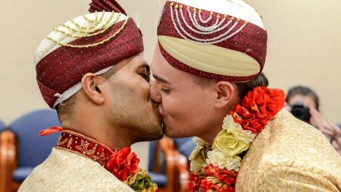 Nu har Jared och Sean gift sig – iklädda traditionella muslimska kläder. Deras respektive familjer och vänner var med på bröllopet. Foto: / Caters News Agency