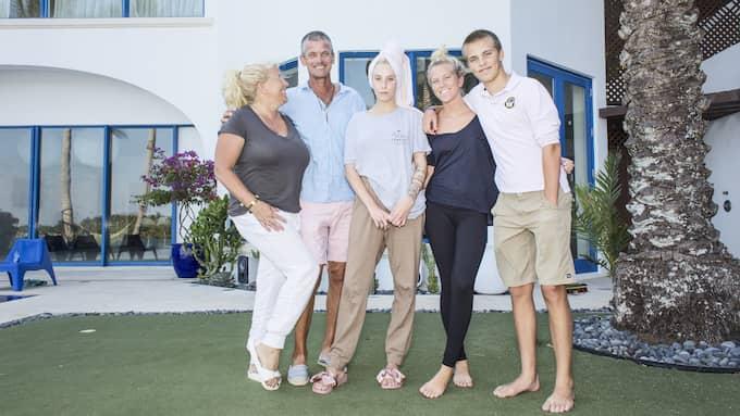 Familjen Parnevik framför huset i Florida. Peg, Penny, Phoenix, Mia och Jesper är samlade. Phillipa Parnevik saknas. Foto: ANDERS AHLGREN