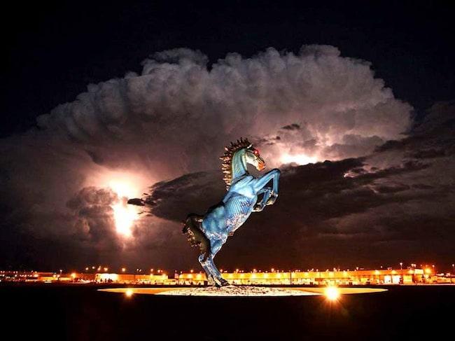 Den tre meter höga häststatyn med glödande ögon föll så olyckligt över dess skapare att han dog.