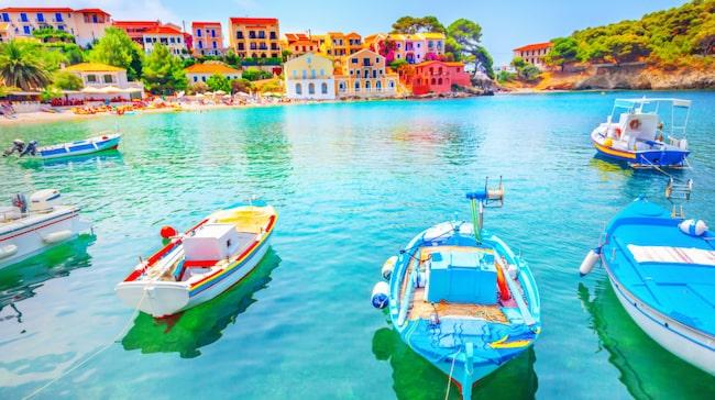 Färgsprakande Grekland. Det kristallblå vattnet gör sig fint mot de kulörta husen i Assos på Kefalonia.