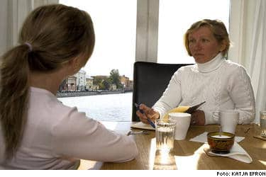 """""""Jag kan inte förstå hur någon frivilligt utsätter sig för denna förnedring"""", skriver Natasja Tenjeva (till vänster) som lurades in i sexindustrin i Europa och hamnade i Stockholm där hennes kropp och kön såldes dagligen till svenska män. Till höger Vera Efron som skrivit boken """"Såld"""" tillsammans med Natasja. Bilden är tagen i Natasjas hemstad S:t Petersburg."""