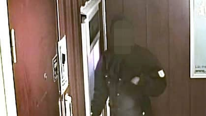 Här fångas mannen av en övervakningskamera när han tar ut pengar på kvinnans bankkort, enligt åtalet. Foto: Polisen