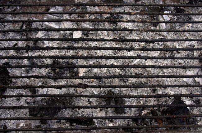 Ett av sätten är att bränna bort smutsen. Stjärnkocken och grillproffset Niklas Ekstedt gör aldrig ren grillen direkt efter grillning. Han väntar i stället till nästa gång och lägger på gallret när grillen är riktigt varm så smutsen får brännas sönder. Sedan är det bara att skrapa rent gallret med en stålborste.
