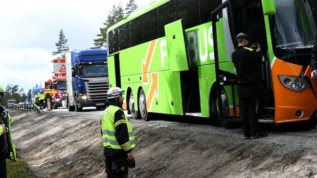 Buss med 25 passagerare i krock